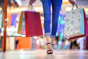 沢山の買い物袋を持つ女性