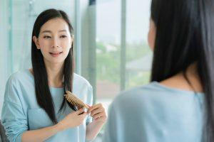 髪を研ぐ日本人女性
